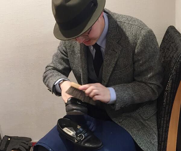 散髪中に靴をピカピカにします!平日16時以降のみ、プロ職人の靴磨きサービス